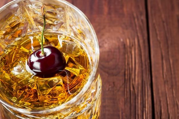 Whisky met ijs en kers