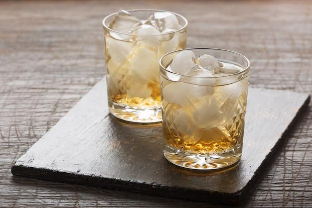 Whisky met ijs in een ouderwets glas