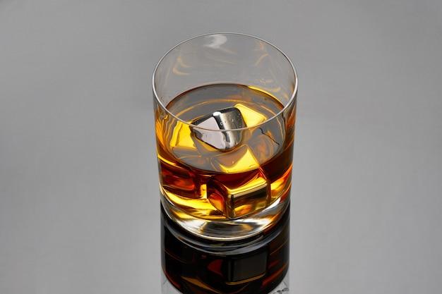 Whisky met stalen koelblokjes in glas