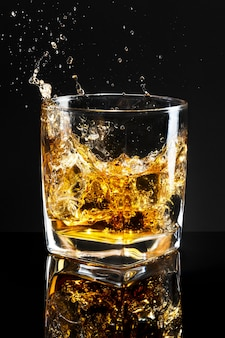 Whisky op de rotsen zwarte achtergrond