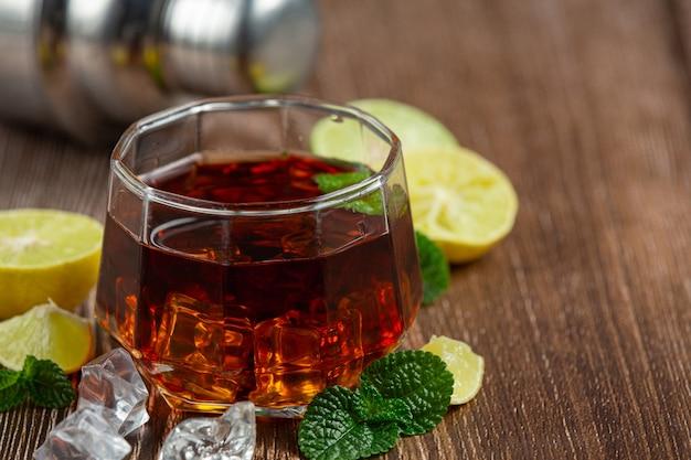 Whisky, whisky met cola en limoen klaar om te drinken.