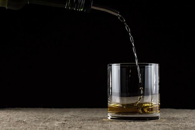 Whisky wordt in een glas gegoten