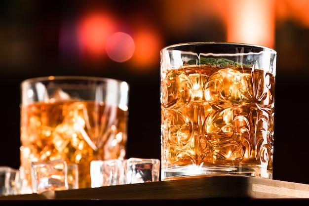 Whiskydrankjes met ijs in een loungebar