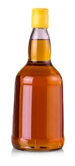 Whiskyfles geïsoleerd op een witte achtergrond met uitknippad