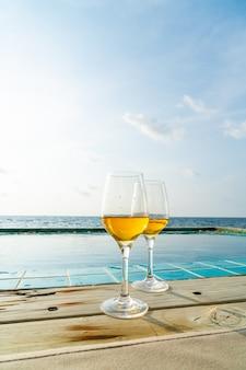 Whiskyglas met zwembad en zee