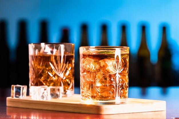 Whiskyglazen met ijs in een loungebar
