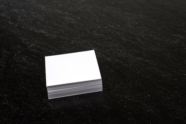 White memo papers op donkere achtergrond