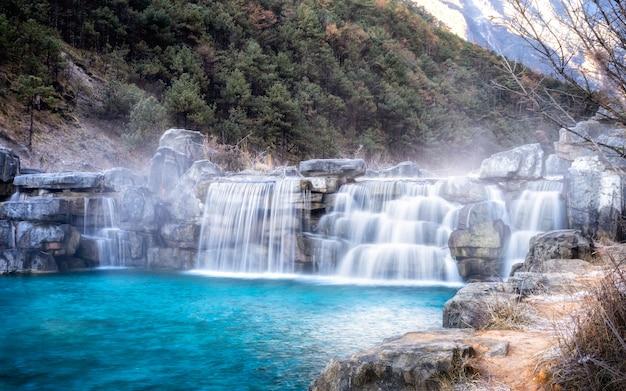 White water river is eigenlijk een extreem blauwe rivier van jade dragon snow mountain.