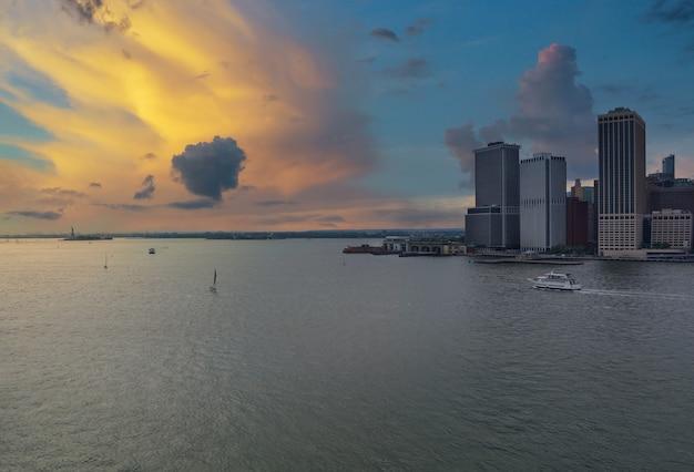 Whitehall ferry terminal dokken op new york city manhattan skyline panorama onderweg