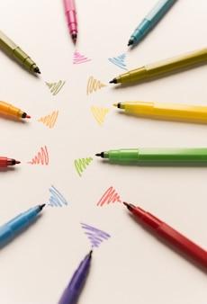 Wi-fi lijnen getekend met verschillende markeringen op wit papier