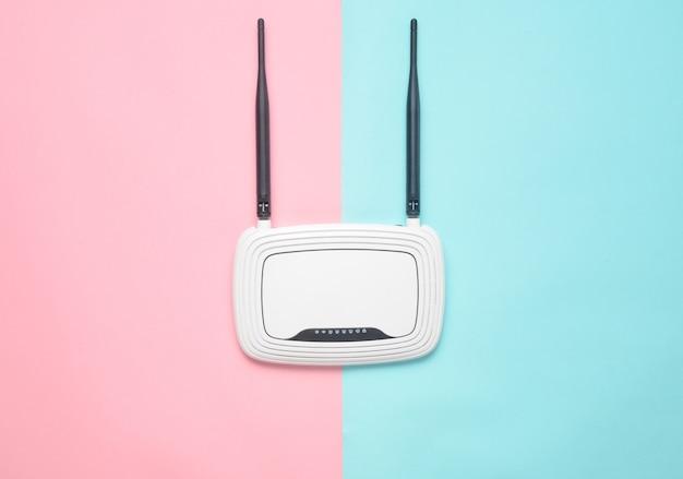 Wi-fi-router op een gekleurde pastel achtergrond. trend van minimalisme. altijd online. bovenaanzicht