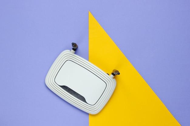 Wi-fi-router op een geometrisch vormpapier