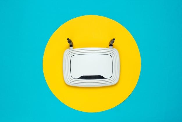 Wi-fi-router op geel met gele cirkel in het midden