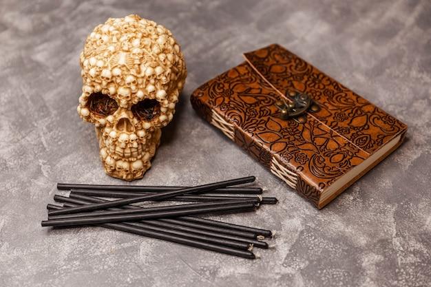 Wicca esoterische en occulte achtergrond met vintage heksenobjecten
