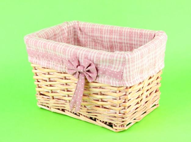 Wicketmand met roze stof en strik, op een achtergrond in kleur