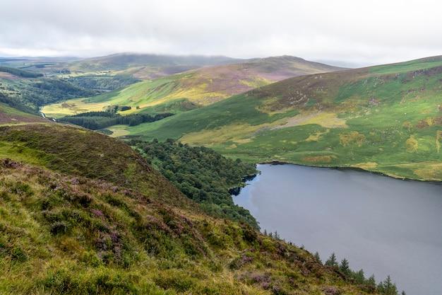 Wicklow-manierlandschap lough tay lake in een bewolkte dag.