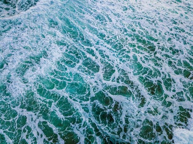 Wide shot van blauwe oceaan golven