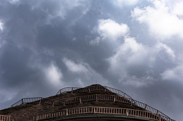 Wide shot van bruin dak met houten hekken onder een blauwe hemel