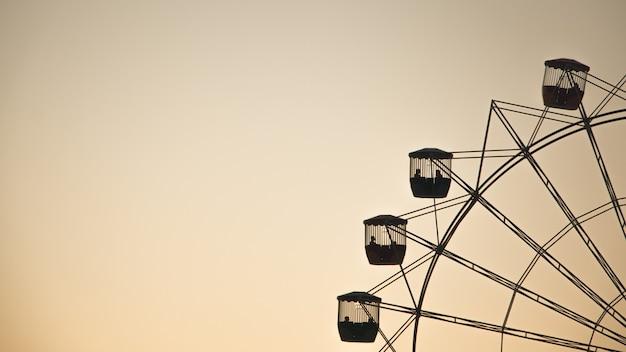 Wide shot van een reuzenrad aan de rechterkant met ruimte voor tekst aan de linkerkant