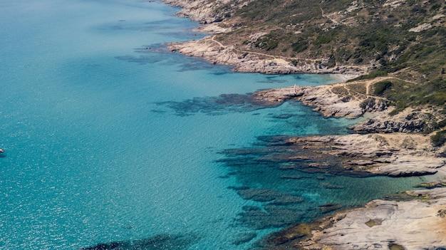 Wide shot van landmasses door een blauwe oceaan