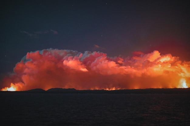 Wide shot van oranje wolken in een donkere nachtelijke hemel