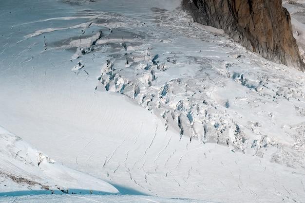 Wide shot van ruth gletsjers bedekt met sneeuw