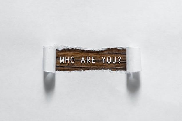 Wie ben je vraag geschreven onder gescheurd papier.