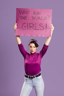 Wie heersen er over de wereld? meisjes! belettering met staande vrouw