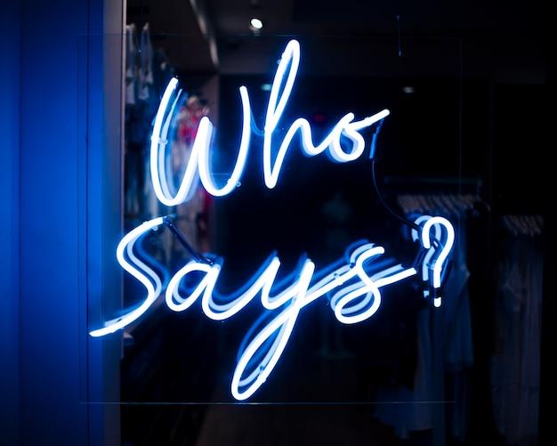 Wie zegt? aanhalingsteken in neonlichten