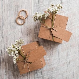 Wiedende ringen met kartondozen op houten plank