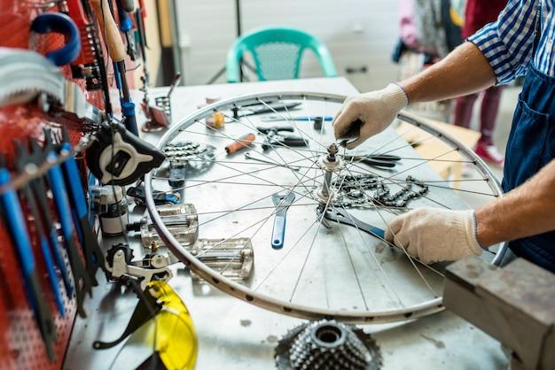 Wiel van cyclus repareren