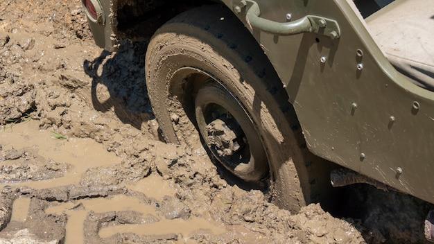 Wiel van militair voertuig in de modder