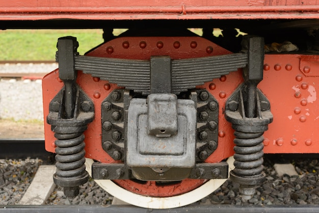 Wiel van oude treinauto die zich op de sporen bevindt.