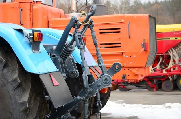 Wielen van achtermening van nieuwe tractor in sneeuwweer. achteraanzicht van landbouwvoertuig