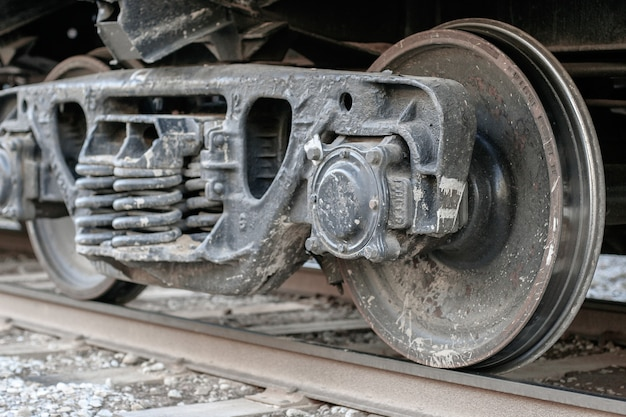 Wielpaar met veren van een goederenwagen op rails