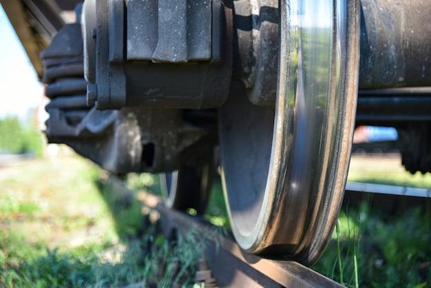 Wielvrachtwagen op de sporen van de spoorweg