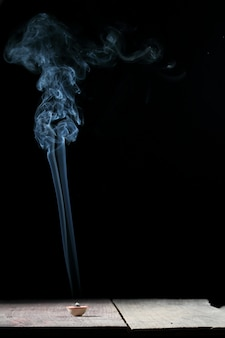 Wierookkegel of gom benjamin met abstracte rook, zwart.