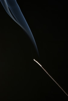 Wierookstokje geïsoleerd op zwarte achtergrond