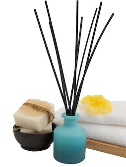 Wierookstokjes, plumaria-bloem, kaars en witte handdoeken in spa of badkamer geïsoleerd op een witte achtergrond met uitknippad, aromatherapie spa wellness