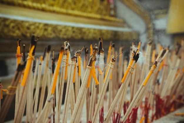 Wierookstokken branden in een altaar in de tempel