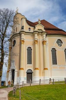 Wieskirche pilgrimage church met clody blauwe hemel en groen gazon in beieren, duitsland