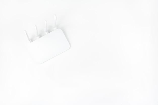 Wifi-router hoogste die mening op witte achtergrond wordt geïsoleerd