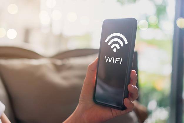Wifi teken pictogram en verbindingsscherm van smartphone met bovenaanzicht stad achtergrond. financiële zakelijke technologie vrijheid droomleven.