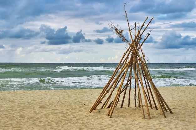 Wigwam op het strand. verlaten hut.