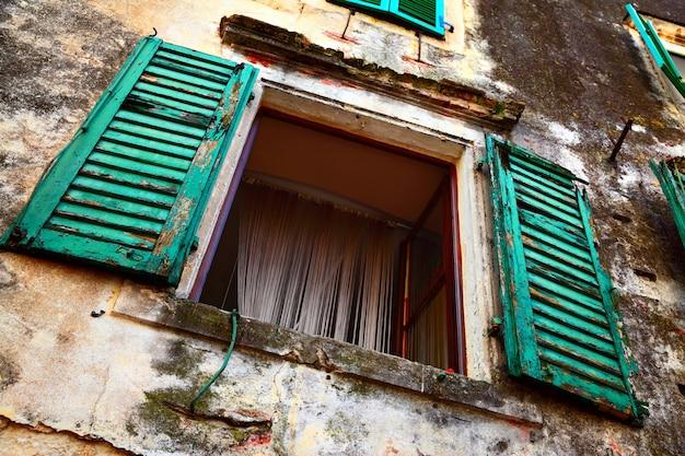 Wijd open raam van oud huis
