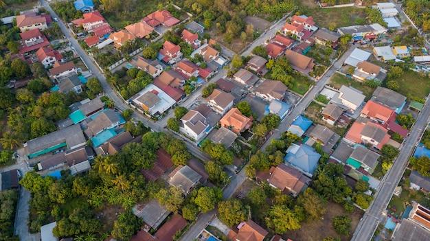 Wijk met residentiële huizen en opritten