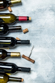 Wijn achtergrond. flessen rode en witte wijn. op een rustieke tafel.