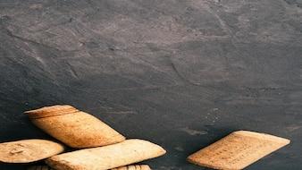 Wijn concept. donker beton met kurken wijnkurk.