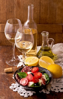 Wijn en druiven in vintage setting op houten tafel