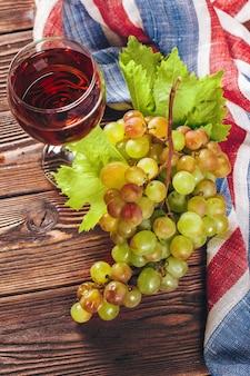 Wijn en druiven op houten achtergrond